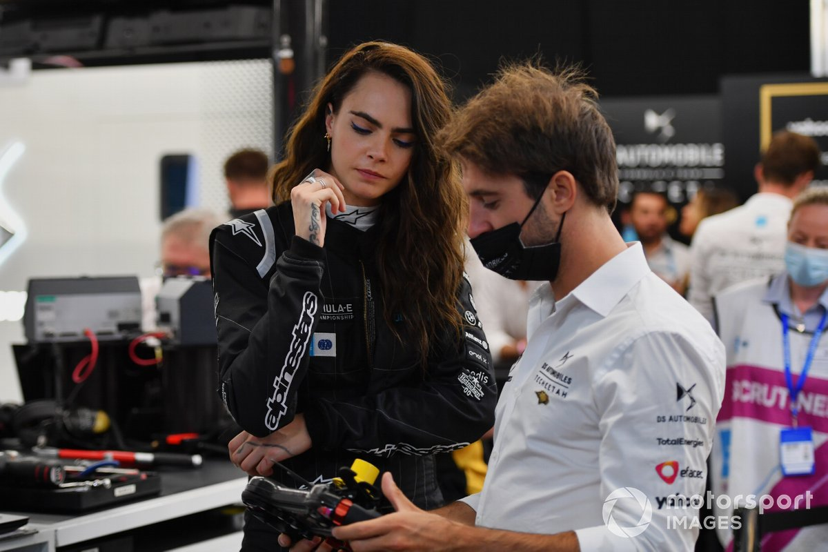 La actriz y modelo, Cara Delevigne en el garaje de DS Techeetah con Antonio Felix Da Costa