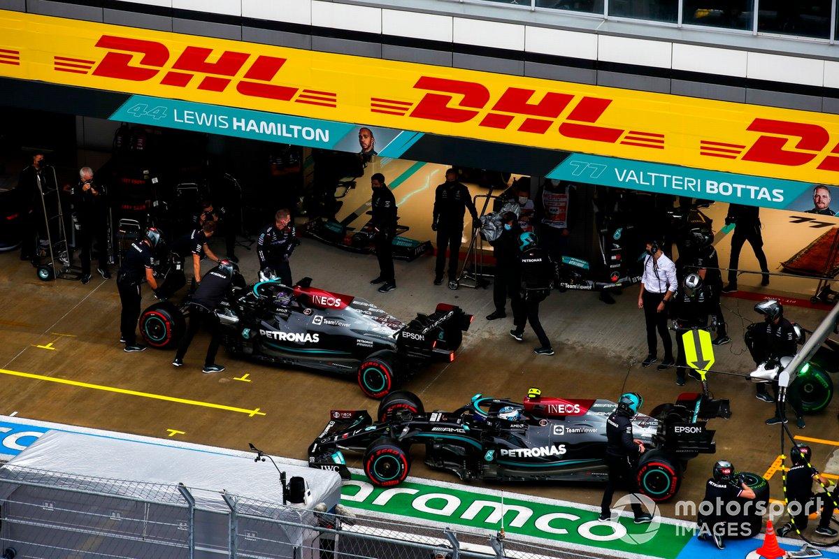 Lewis Hamilton, Mercedes W12, y Valtteri Bottas, Mercedes W12, en el pit lane