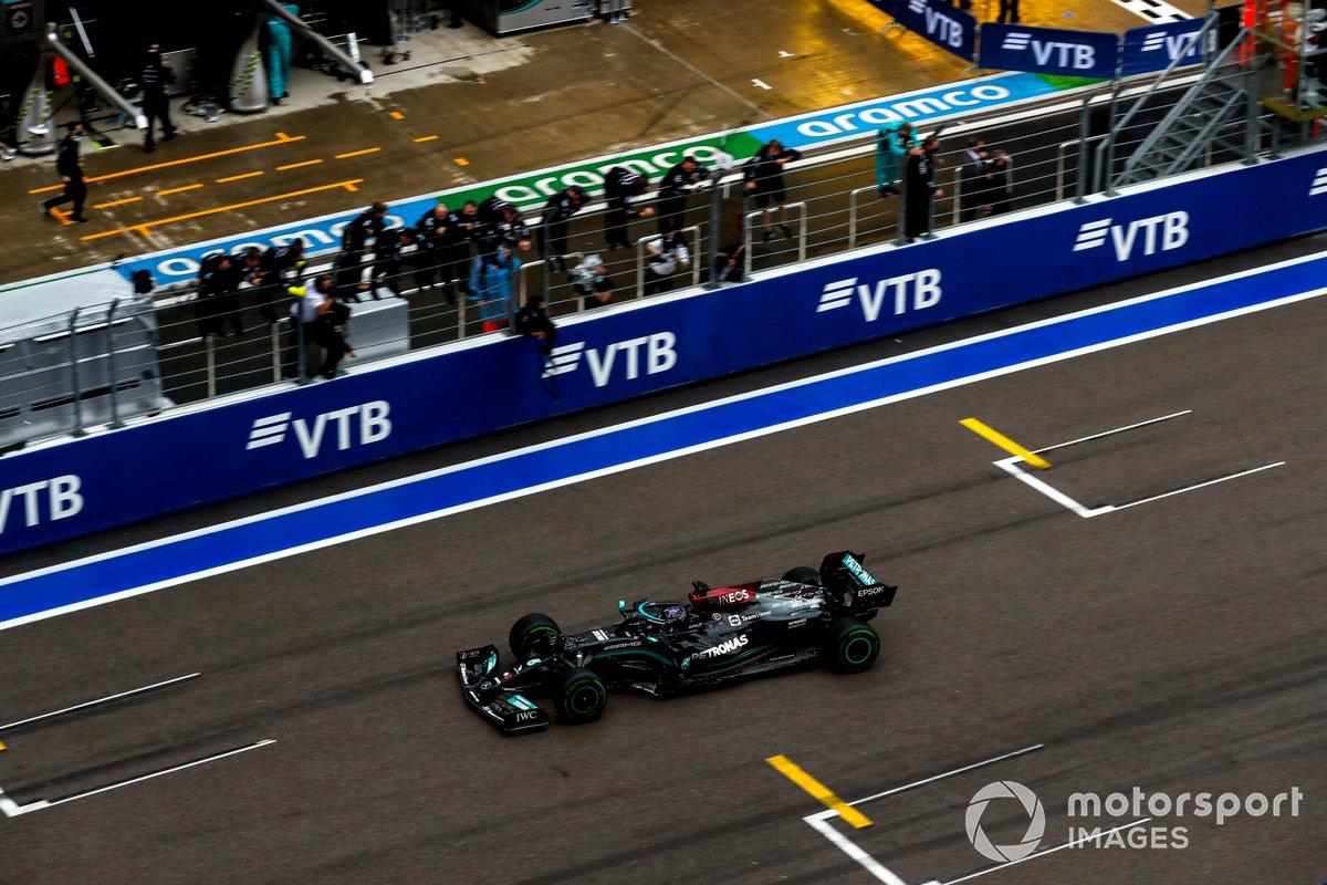 Il vincitore della gara Lewis Hamilton, Mercedes W12 taglia il traguardo