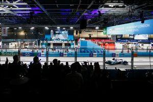 Jake Dennis, BMW i Andretti Motorsport, BMW iFE.21, 1e positie, komt over de streep voor de overwinning