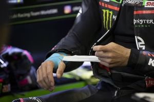 Alex Lowes, Kawasaki Racing Team WorldSBK with strapped hand