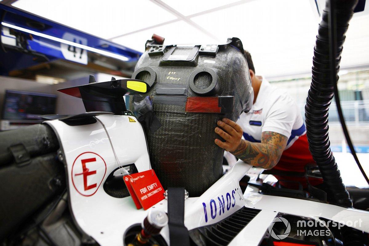 Un miembro del equipo de Haas ajusta un asiento a un Haas VF-21