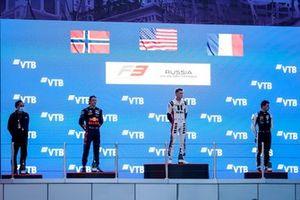 Le Champion Dennis Hauger, Prema Racing fête sur le podium avec le vainqueur Logan Sargeant, Charouz Racing System et Victor Martins, MP Motorsport