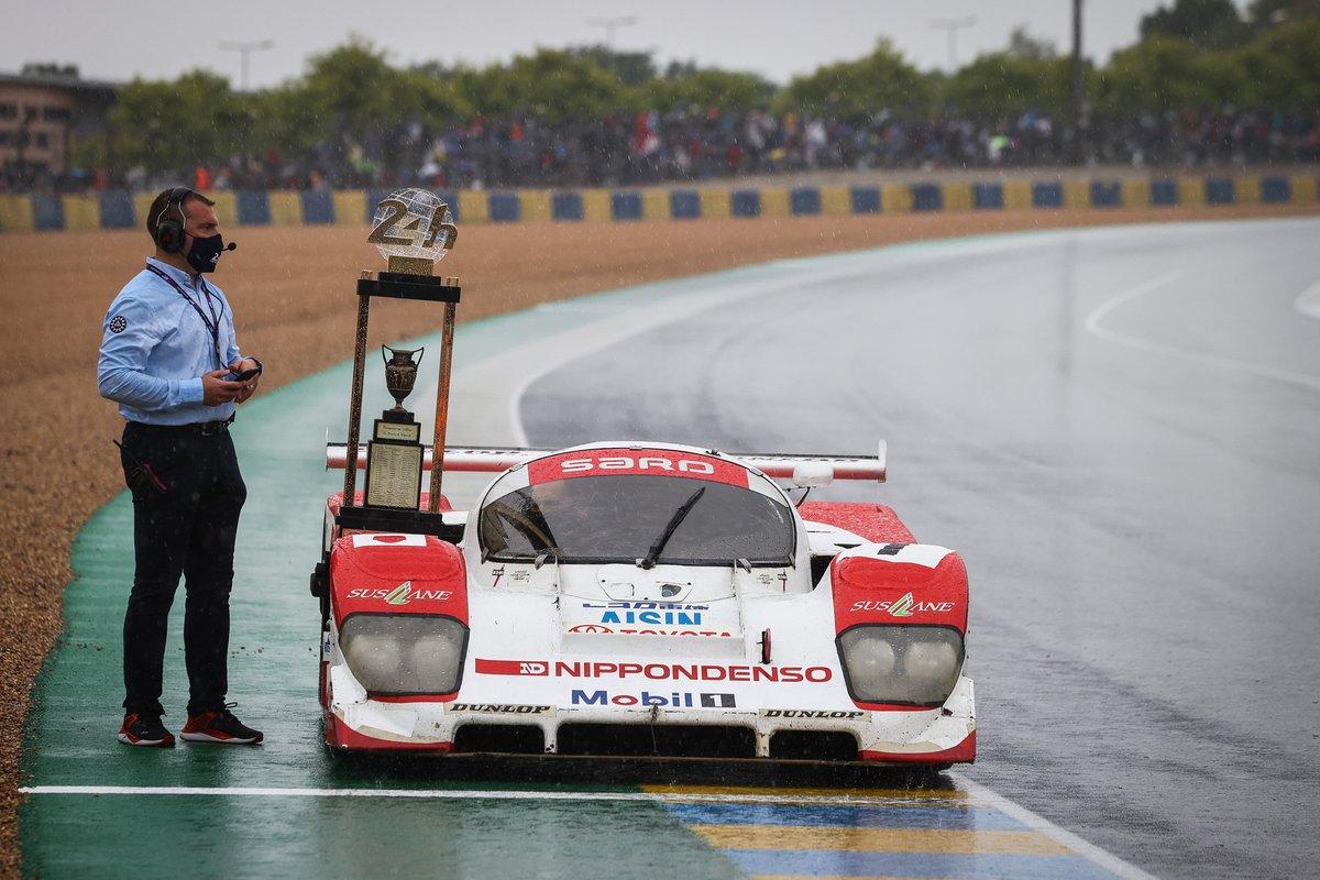 Trofeo con un coche Toyota de época