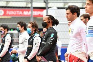Fernando Alonso, Alpine F1, Lewis Hamilton, Mercedes, and Carlos Sainz Jr., Ferrari, on the grid