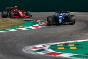 Fernando Alonso, Alpine A521, Carlos Sainz Jr., Ferrari SF21