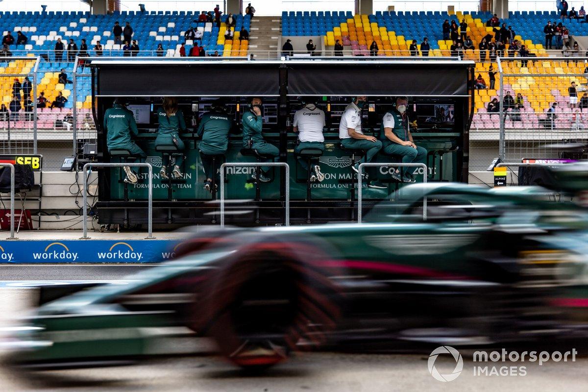 Lance Stroll, Aston Martin AMR21, pasa por el pit wall de Aston Martin
