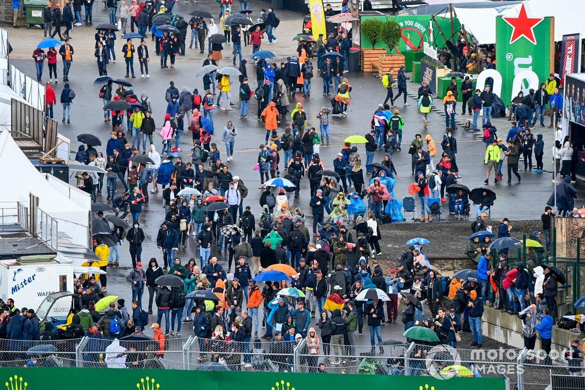 Fans con paraguas