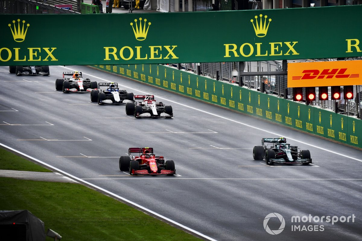 Carlos Sainz Jr., Ferrari SF21, Sebastian Vettel, Aston Martin AMR21, Kimi Raikkonen, Alfa Romeo Racing C41, y otros pilotos se alinean para practicar una la salida