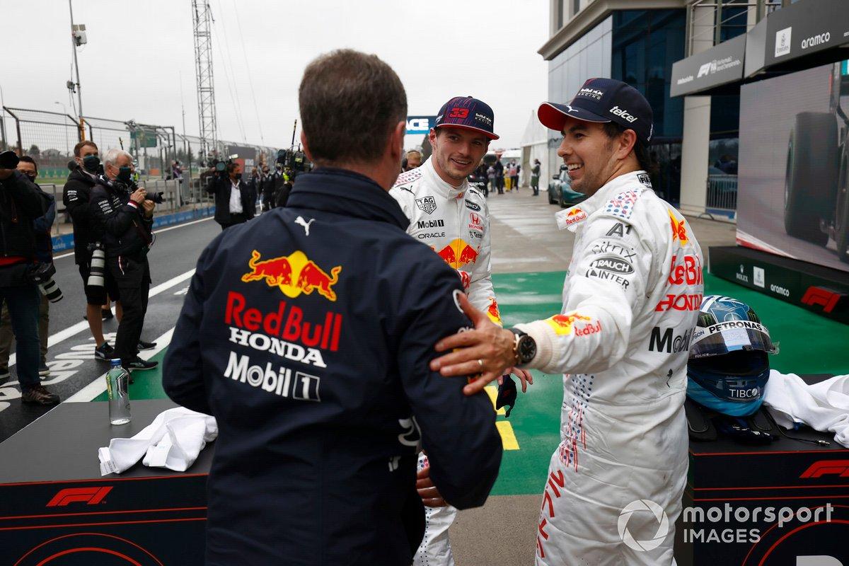 Christian Horner, director del equipo Red Bull Racing, Max Verstappen, Red Bull Racing, 2ª posición, y Sergio Pérez, Red Bull Racing, 3ª posición, en el Parc Ferme