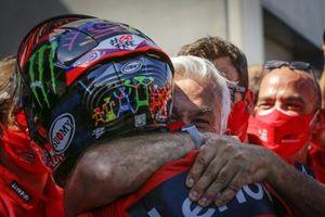El ganador de la carrera, Francesco Bagnaia, del equipo Ducati, celebra con el equipo