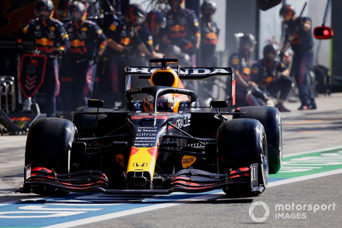 Max Verstappen, Red Bull Racing RB16B, lascia il suo box dopo una sosta