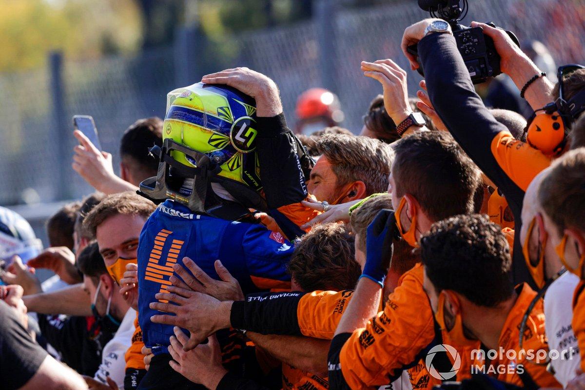 Segundo lugar Lando Norris, McLaren, celebra con su equipo en Parc Ferme