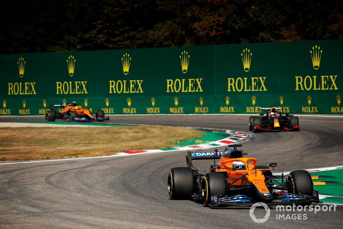 Daniel Ricciardo, McLaren MCL35M, Max Verstappen, Red Bull Racing RB16B, y Lando Norris, McLaren MCL35M