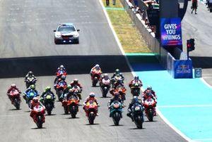 Маверик Виньялес, Yamaha Factory Racing, лидирует на старте