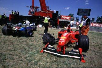 Les voitures accidentées de Michael Schumacher, Ferrari et Jacques Villeneuve, British American Racing