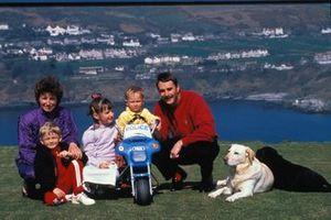 Nigel Mansell con su esposa Roseanne, hijos Greg, Leo y Chloe