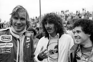 James Hunt, con los fans de la F1 George Harrison, guitarrista de los Beatles, y Leo Sayer, cantante