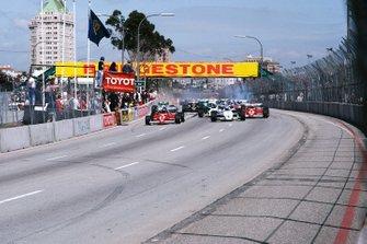 Patrick Tambay, Ferrari 126C2B, Keke Rosberg, Williams FW08C Ford, y René Arnoux, Ferrari 126C2B, en la salida