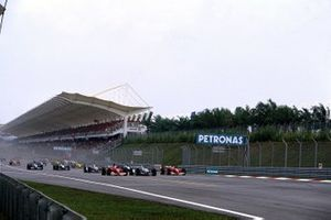 Michael Schumacher, Ferrari battles with Juan Pablo Montoya, Willians and Rubens Barichello, Ferrari at the start of the race