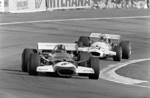 Graham Hill, Lotus 49C Ford, en Rolf Stommelen, Brabham BT33 Ford