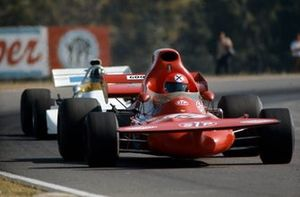 Niki Lauda, March 721 Ford devant Graham Hill, Brabham BT33 Ford