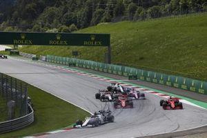 Daniil Kvyat, AlphaTauri AT01, voor Charles Leclerc, Ferrari SF1000, en Sebastian Vettel, Ferrari SF1000, na hun aanrijding