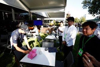 Sergio Perez, Racing Point signe des casquettes dans le paddock