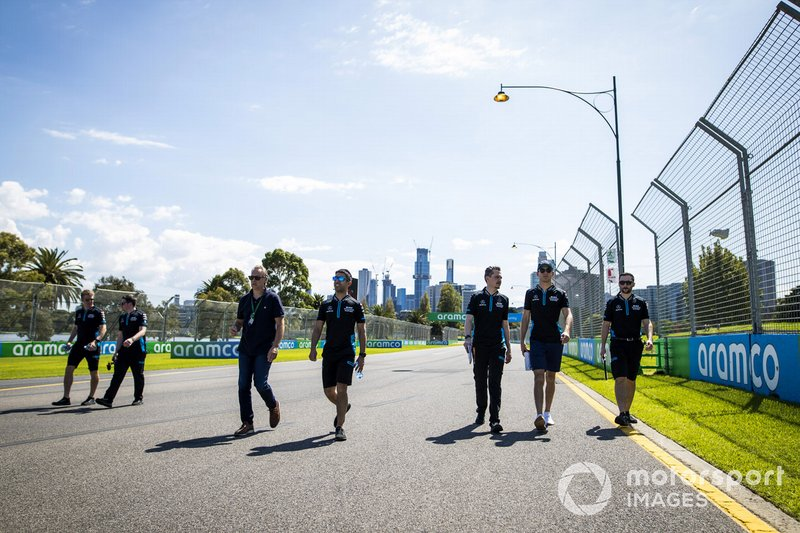 Nicholas Latifi, Williams Racing e alcuni membri del team camminano sul tracciato