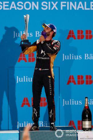 Le vainqueur Jean-Eric Vergne, DS Techeetah, avec son trophée sur le podium