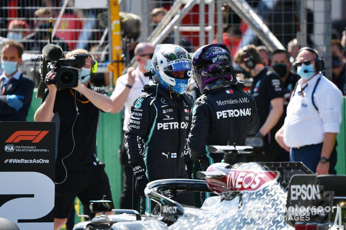 Valtteri Bottas, Mercedes F1 W11 y Lewis Hamilton, Mercedes F1 W11, en la parrilla después de la calificación