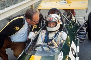 Derek Bell, Brabham BT26A Ford con Tom Wheatcroft en la meta