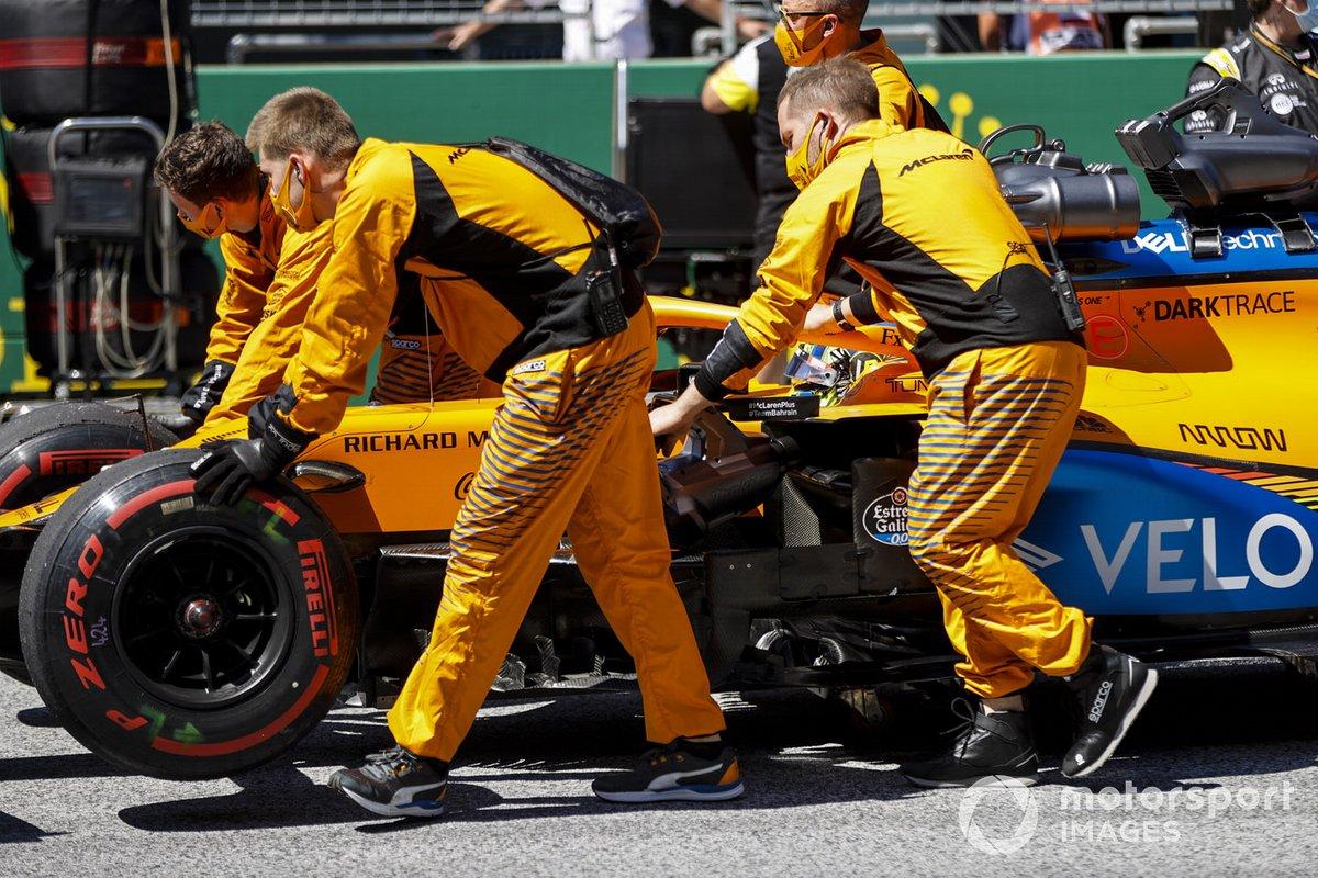 Механики McLaren на стартовой прямой