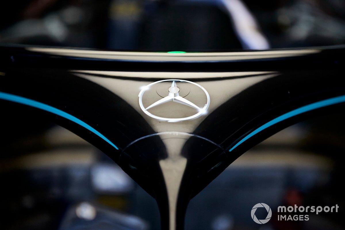 Il logo Mercedes sull' Halo della Mercedes F1 W11