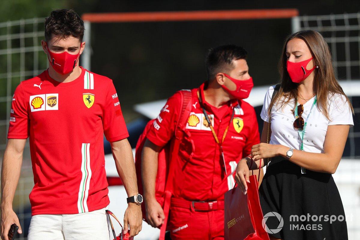 Charles Leclerc, Ferrari, y su novia, Charlotte Sine