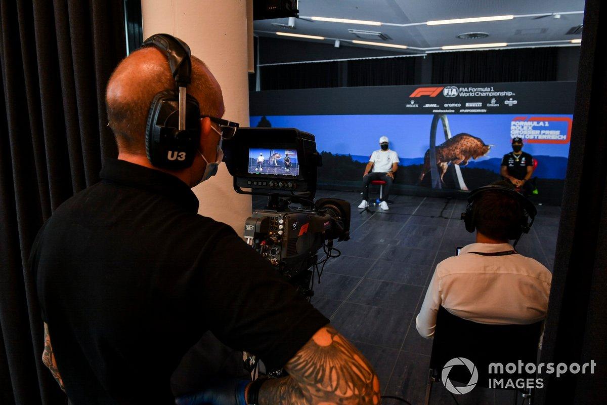 Valtteri Bottas, Mercedes AMG F1 e Lewis Hamilton, Mercedes AMG F1 durante la conferenza stampa