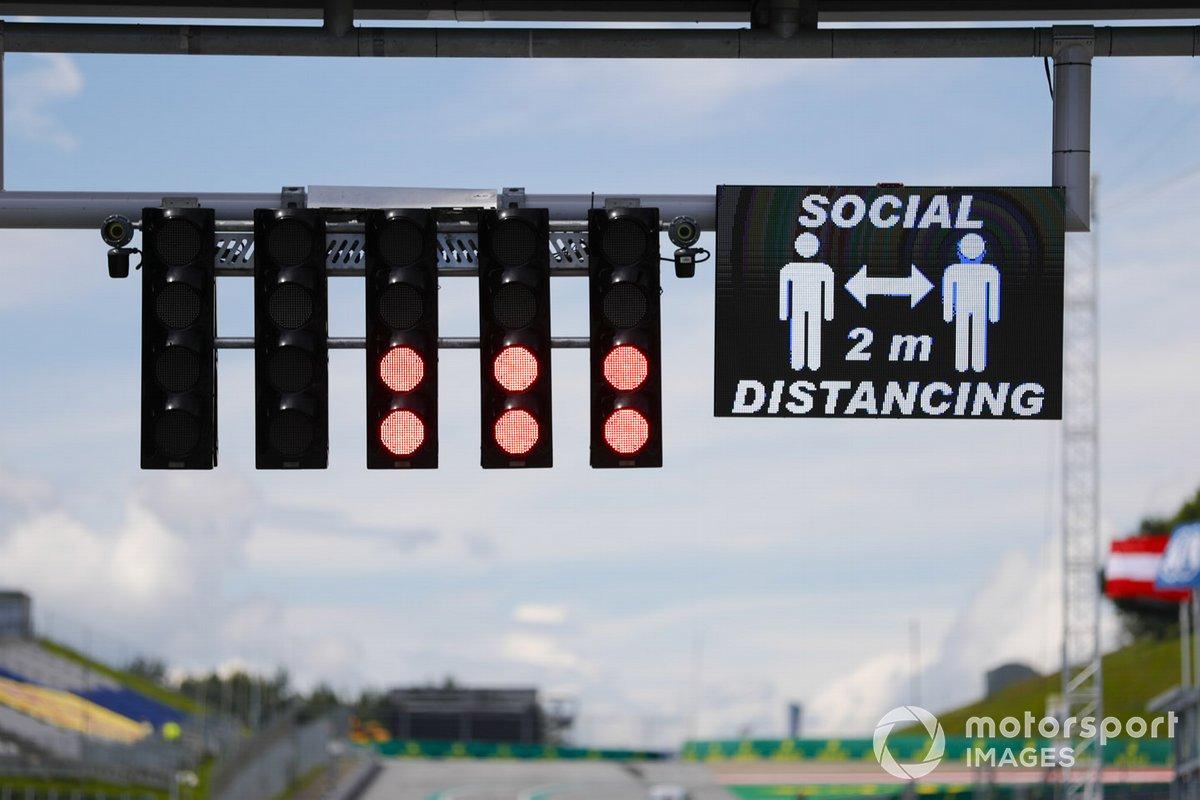 Recordatorio sobre la línea de meta para mantener el distanciamiento social