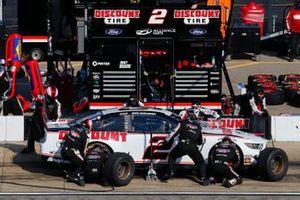 Brad Keselowski, Team Penske, Ford Mustang Discount Tire pit stop