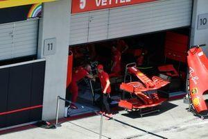 Mick Schumacher, Prema Racing with a Ferrari Mechanic looks at the Ferrari SF1000