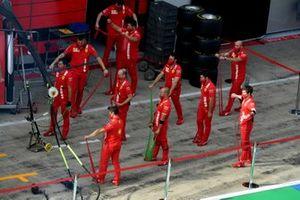 Механики Ferrari тренируют проведение пит-стопов