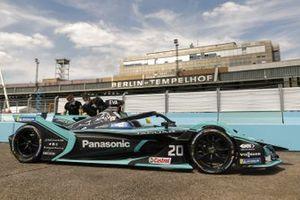 Mecánicos con Mitch Evans, Panasonic Jaguar Racing, Jaguar I-Type 4 en el pitlane