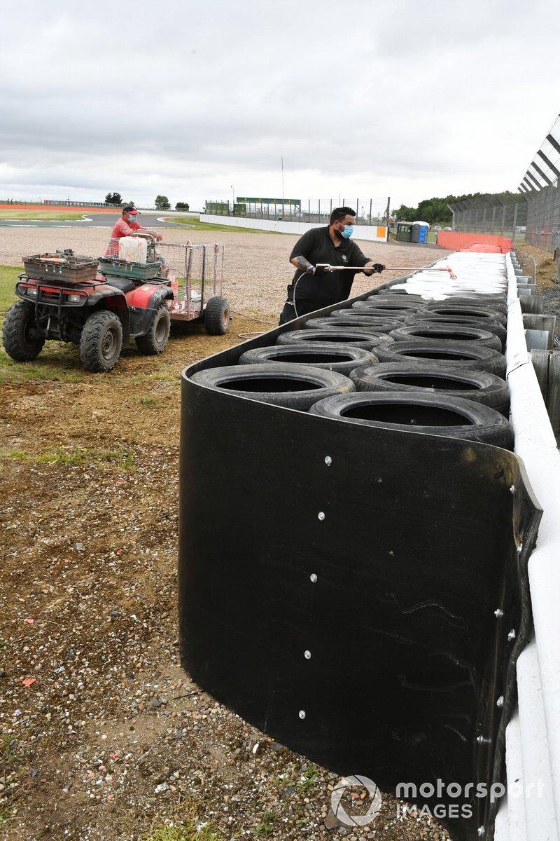 In seguito all'incidente di Daniil Kvyat, AlphaTauri, è stata aggiunta una barriera per pneumatici