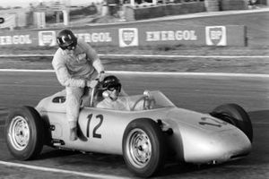 Dan Gurney, Porsche 718, gives a lift to Graham Hill, Owen Racing Organisation