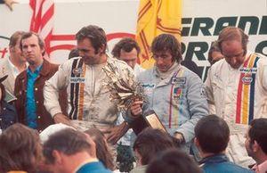 Podio: ganador de la carrera Jackie Stewart, Tyrrell Ford, segundo lugar Peter Revson, McLaren Ford, tercer lugar Denny Hulme, McLaren Ford
