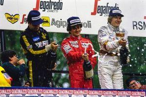 Podium: Tweede Elio De Angelis, Lotus, winnaar Alain Prost, McLaren, derde Thierry Boutsen, Arrows