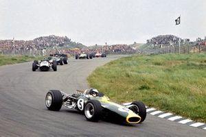 Renn-Action beim GP Niederlande 1967 in Zandvoort: Jim Clark, Lotus 49, führt