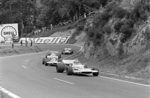 Henri Pescarolo, Matra MS120 leads Jack Brabham, Brabham BT33 Ford and Denny Hulme, McLaren M14A Ford