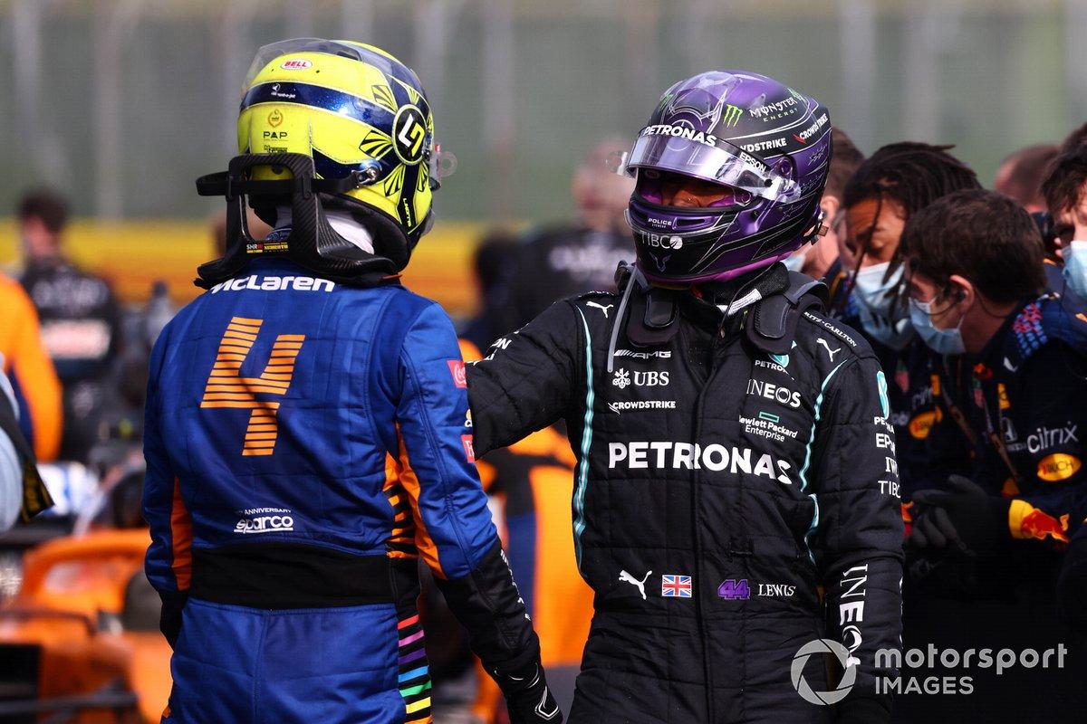 Lando Norris, McLaren, 3ª posición, y Lewis Hamilton, Mercedes, 2ª posición, se felicitan mutuamente tras la carrera