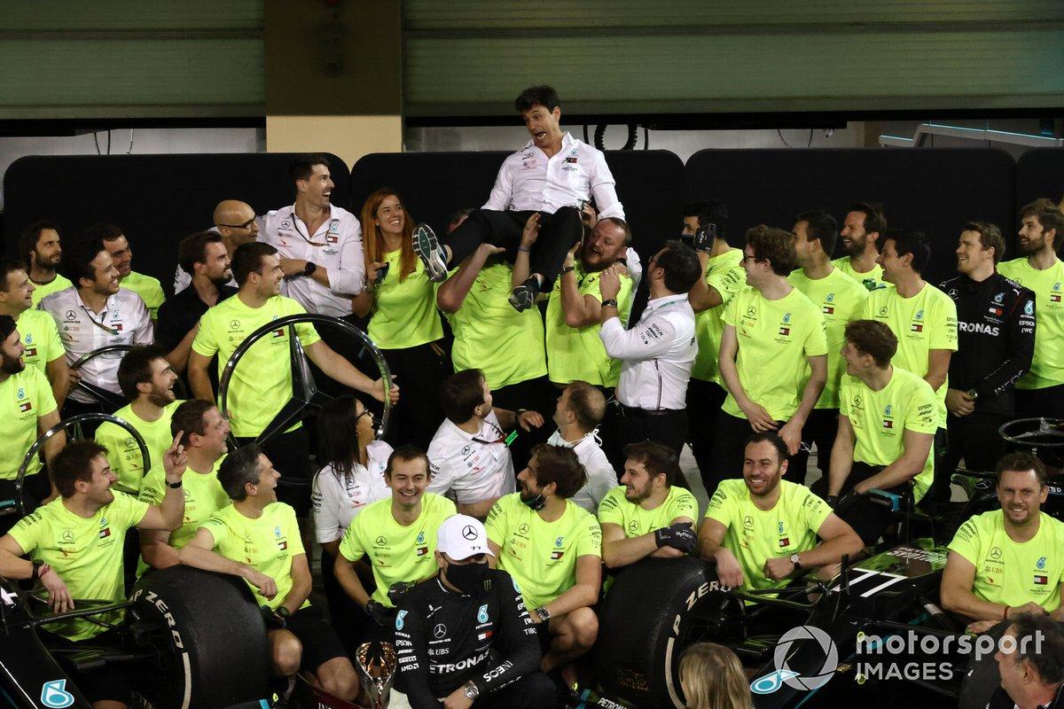 Toto Wolff, Direttore Esecutivo (Business), Mercedes AMG , e il team Mercedes festeggiano