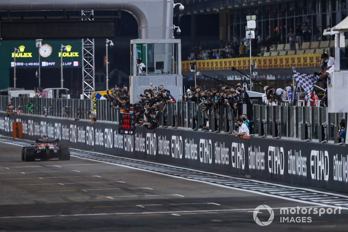 Max Verstappen, Red Bull Racing RB16, 1ª posición, toma la bandera a cuadros